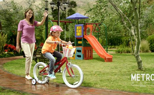 Paseando en bicicleta en el parque, Bike ride in the park with Vita C+Zinc