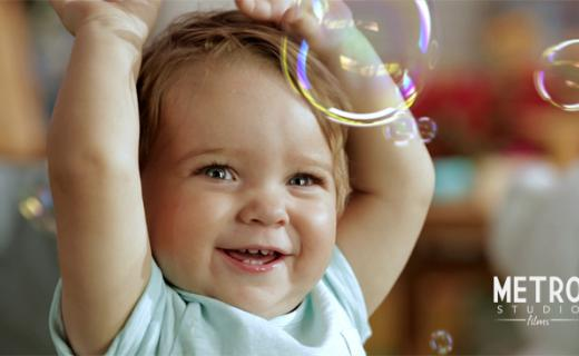 bebé jugando con burbujas, baby playing with bubbles usisng winny pañales